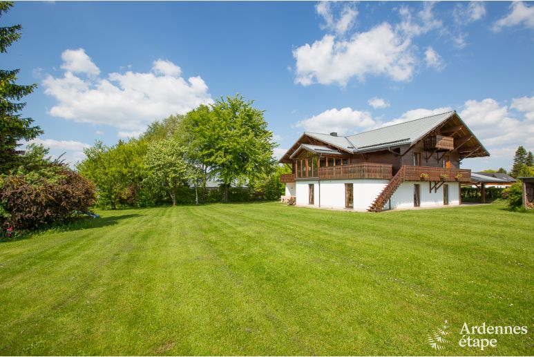 Lovely chalet with sauna, bubble bath and a superb garden n Xhoffraix, in Ardenne